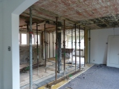 Umbau EFH, Wandabbruch mit Verstärkung durch abgewinkelte Stahlträgerkonstruktion